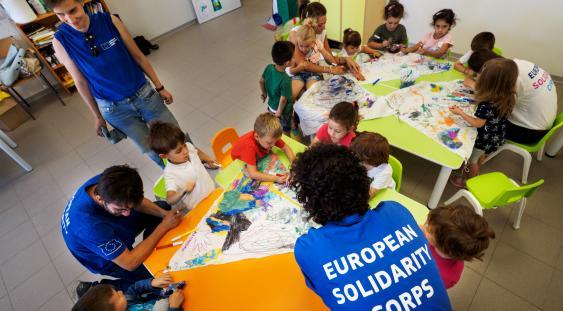 Norcia Volontari europei con bambini