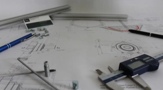 Tavolo e strumenti di lavoro dei progettisti